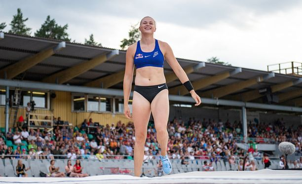Wilma Murto oli yhtä hymyä Kalevan kisojen seiväskilpailun jälkeen.