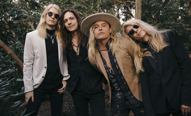Santa Cruzia suositellaan Rolling Stonessa kaikille Guns N' Rosesin ja The Darknessin faneille.