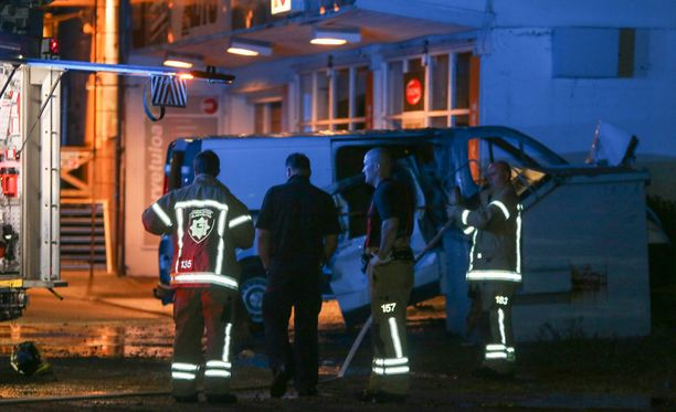 Roihunnut pakettiauto sytytettiin mahdollisesti tarkoituksella tuleen.