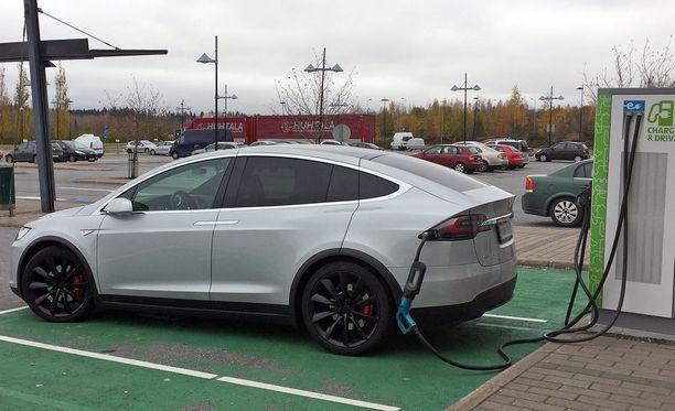 Tesla on Suomen ylivoimaisesti suosituin sähköllä käyvä henkilöauto 60 prosentin markkinaosuudellaan. Yksi suosion syistä on valtion energiatuki.