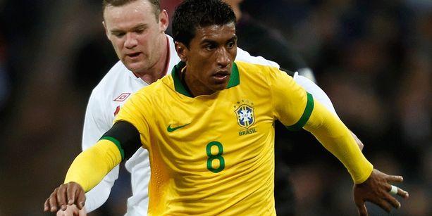 Brasilian Paulinho ja Englannin Wayne Rooney kohtasivat viime vuonna harjoitusottelussa.