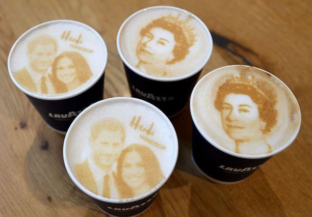 Paikallisesta kahvilasta saa kuninkaallisilla höystettyä kahvia.