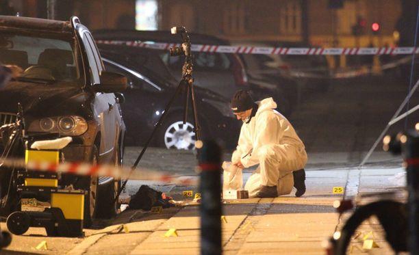 Viranomaiset tutkivat rikospaikkaa Kööpenhaminan kulttuuritalon lähettyvillä.