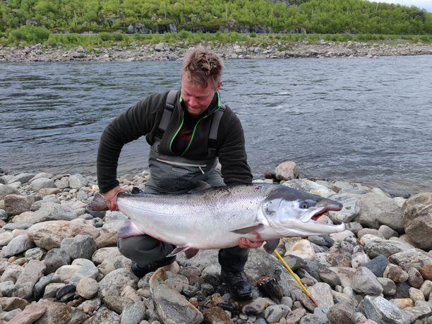 Janne Rautanen ja jättisaalis, yli 23-kiloinen merilohi.