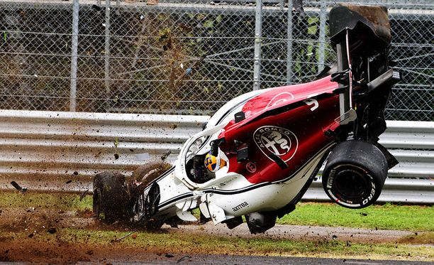 Marcus Ericsson menetti Sauberinsa hallinnan Variante del Rettifilo -mutkan jarrutuksessa.