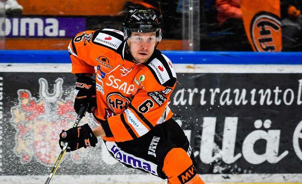 Niklas Hagman sai ulosajon potkaisusta.