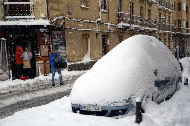Espanjan keskiosassa sijaitsevassa Segoviassa lunta tuli reippaasti. Uudet lumisateet ovat mahdollisia.