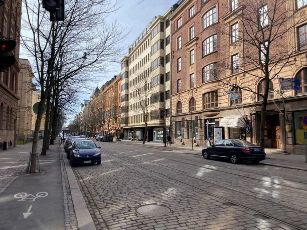 Koronaepidemian rajoitustoimet hiljensivät kaupungit ja suuren osan suomalaista elinkeinoelämää.