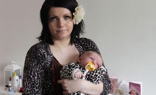 Krista Lehtola tahtoo antaa omalle lapselleen turvallisen kasvuympäristön.