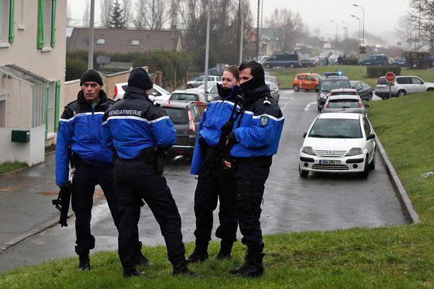 Poliisit ovat sulkeneet pääsyn Dammartin-en-Goelen kylään.