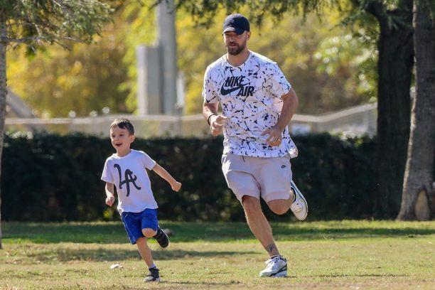 Justin Timberlake ja Silas pelaamassa jalkapalloa kesällä 2019.