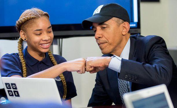 Naisten ja vähemmistöjen osallistumista digitekniikkaan on ajanut itse Barack Obama, joka vierailee kuvassa Hour of Code -tapahtumassa.