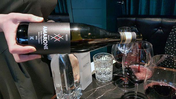 Tässä Pirkka Amaronella täytetään lasi järvenpääläisessä ravintola Sesongissa.