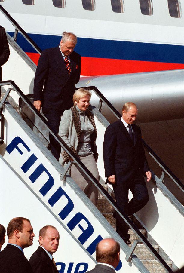 Vladimir Putin vieraili Turussa vuonna 2001. Mukana oli nyt jo entinen vaimo Ljudmila Putina (keskellä).