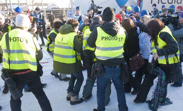Media ympäröi Ruotsiin saapuneen superjulkkiksen.