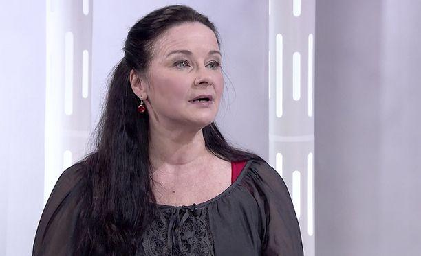 Johanna Nurmimaa kertoi Lauri Törhösen tempuista Susanne Päivärinnalle.