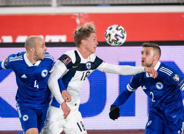 Onni Valakari (keskellä) pelasi 45 minuuttia Bosniaa vastaan.