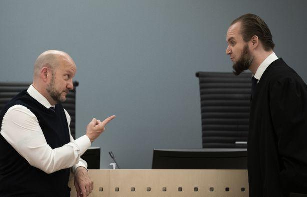 Puolustusasianajaja Nils Christian Nordhus (oik.) ja syyttäjä Geir Evanger keskustelivat oikeudenkäynnin aikana maanantaina.