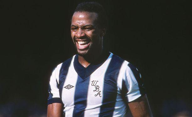Cyrille Regis teki pitkän peliuran Englannin pääsarjatasolla. Kuva vuodelta 1982 ottelusta, jossa Regisin edustama West Bromwich Albion voitti kotonaan Manchester Unitedin 3-1.
