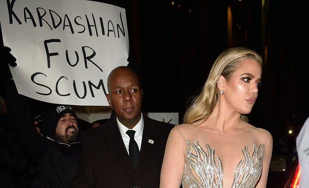 Khloe Kardashian sai mielenosoittajat niskaansa.