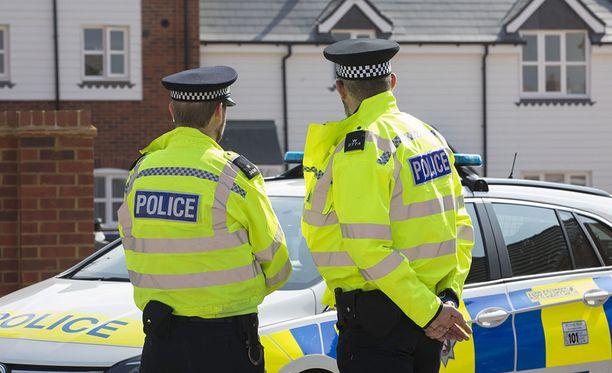 Britannian Amesburyssa viime viikonloppuna novitshok-hermomyrkylle altistuneen pariskunnan tapauksen tutkintaan osallistunut poliisi on hakeutunut sairaalahoitoon. Kuvan poliisit ovat myrkytetyn pariskunnan kodin edustalla.
