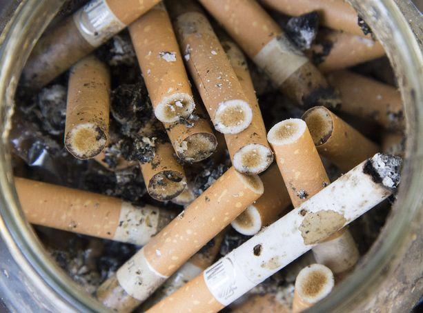 Tuotemerkittömillä tupakka-askeilla pyrittäisiin vähentämään lasten ja nuorten tupakointi-innokkuutta.