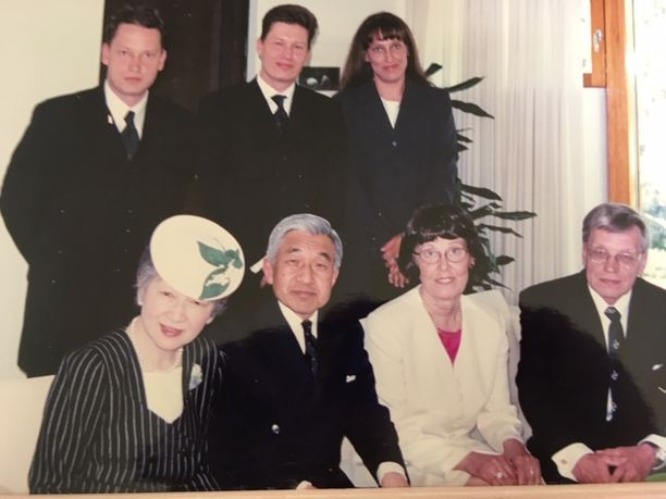 Hirvenojien koko perhe tapasi keisari Akihiton ja keisarinna Michikon näiden vieraillessa Suomessa vuonna 2000. Henri Hirvenoja itse ylärivissa vasemmalla, hänen vierellään seisovat veli Marko ja sisko Tuike. Alarivissa keisarinna Michikon ja keisari Akihiton vieressä perheen Terttu-äiti ja isä Tapani Hirvenoja.