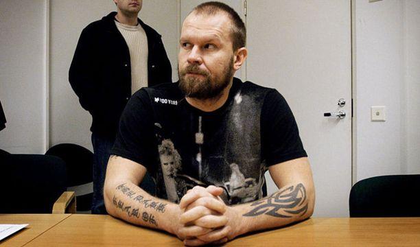 2007 Karalahti sai potkut HIFK:sta, mutta löysi pelipaikan Kärpistä. Kausi tyssäsi lyhyeen marraskuussa, kun poliisi haki raikulipuolustajan kuulusteluun huumerikoksesta epäiltynä. Hän oli kuukauden pidätettynä ja sai myöhemmin tuomion oikeudessa, minkä lisäksi SM-liiga asetti hänet väliaikaiseen pelikieltoon.