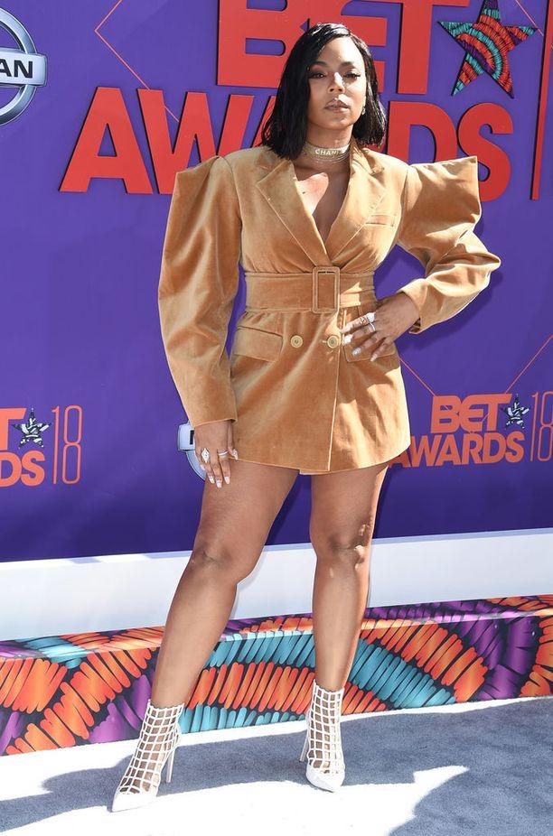 BET Awardseissa tyylipisteet kotiin vei myös laulaja Ashanti. Tähden upea bleiserimekko saa meidät kuolaamaan samettisia vaatteita. Kymmenen pistettä ja papukaijamerkki!