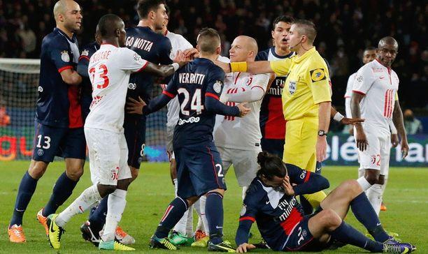 Zlatan Ibrahimovic tuskaisena kentän pinnassa.
