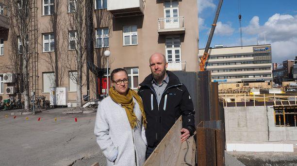 Saara Jylhä ja Pekka Varamäki joutuivat tiistaina jättämään kotinsa kerrostalon romahdusvaaran vuoksi.