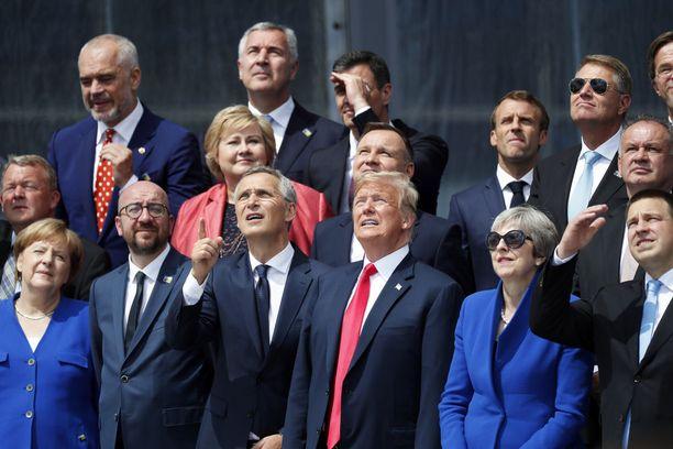 Nato-maiden johtajat seurasivat helikopterin ohilentoa Brysselissä keskiviikkona. Eturivissä Saksan liittokansleri Angela Merkel, Belgian pääministeri Charles Michel, Naton pääsihteeri Jens Stoltenberg, Trump, Iso-Britannian pääministeri Theresa May ja Viron pääministeri Juri Ratas.