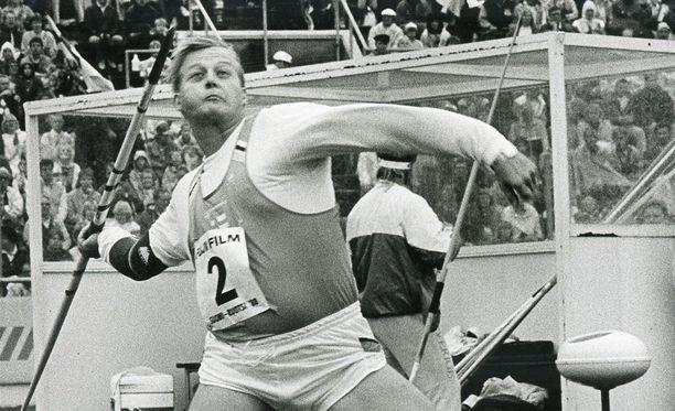 Seppo Räty heittämässä vuoden 1988 Suomi-Ruotsi-maaottelussa.