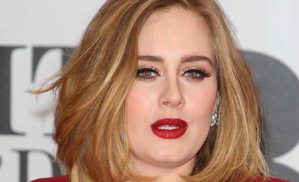 Menikö Adele naimisiin?