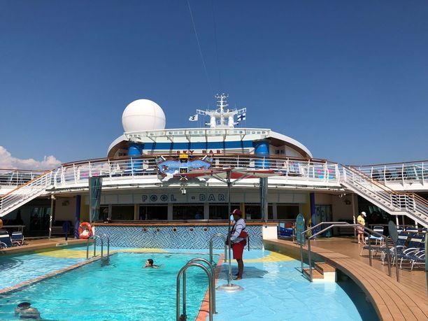 Kannella on uima-altaita ja aurinkotuoleja rentoutumista varten.