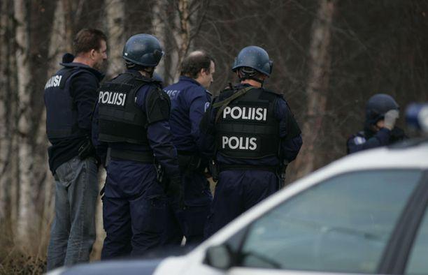 VIRHEARVIOITA Poliisi myöntää, että haulikkomiestä aliarvioitiin. Kuva on hänen etsinnöistään Raahessa torstaina.