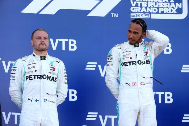 Lewis Hamilton kasvatti MM-sarjassa pistejohtoaan Valtteri Bottakseen.