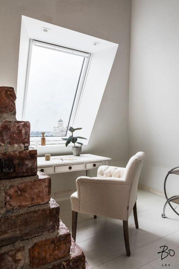 Erilliset portaat vievät tornihuoneeseen, josta näkyy muun muassa Helsingin Tuomiokirkko.