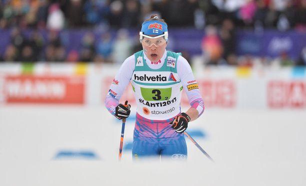 Kerttu Niskanen hiihti toisen osuuden Suomen MM-viestijoukkueessa ja sai kaulaansa pronssia.