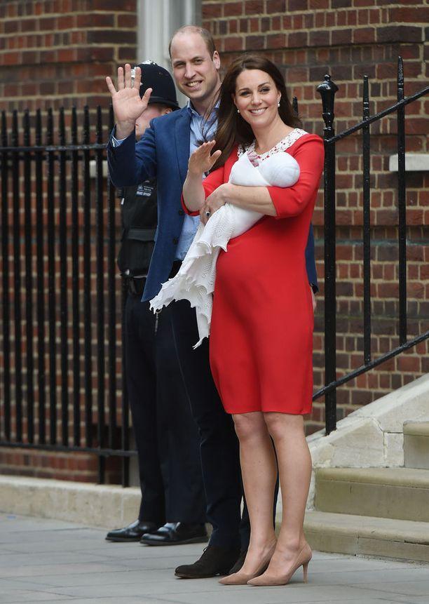 Herttuapari esitteli kuopuksensa St. Maryn sairaalan edustalla huhtikuussa.