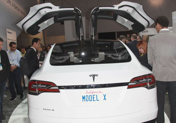"""Model X esittelyssä International Consumer Electronics Show'ssa Las Vegasissa tammikuussa 2015. Kuvassa nähtävissä myös mallin """"falcon wing"""" -ovet."""