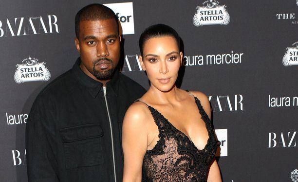 Kanye Westilla ja Kim Kardashianilla on kolme yhteistä lasta, joista nuorimman synnytti sijaissynnyttäjä.