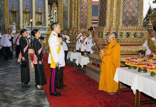 Thaimaan uusi kuningas Maha Vajiralongkorn armahtaa suuren määrän vankeja. Kuvassa hän on tapaamassa buddhalaismunkkia viime viikolla.