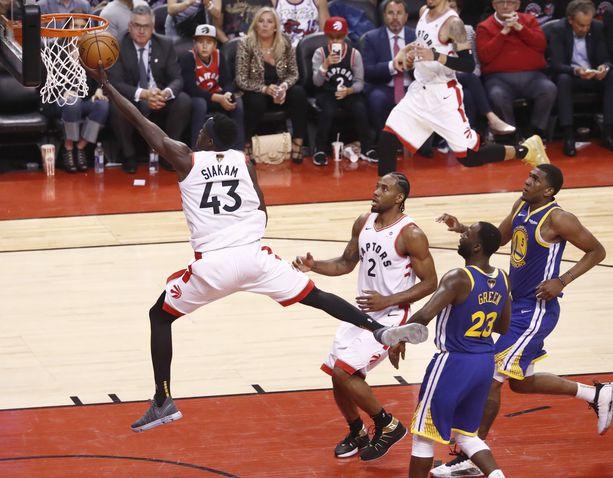 Toronto Raptorsin iso laituri Pascal Siakam pussitti 32 pistettä, keräsi kahdeksan levypalloa ja antoi viisi koriin johtanutta syöttöä kevään ensimmäisessä NBA-finaalissa.