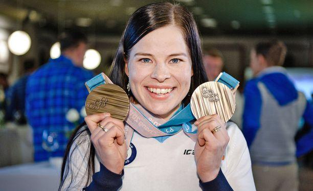 Krista Pärmäkoski esitteli muhkeat pronssinsa perjantaina Koreassa Suomen mitalikahvitilaisuudessa. Pärmäkoski hiihtää sunnuntaina olympiakisat päättävässä 30 kilometrin perinteisen etenemistavan yhteislähdössä.