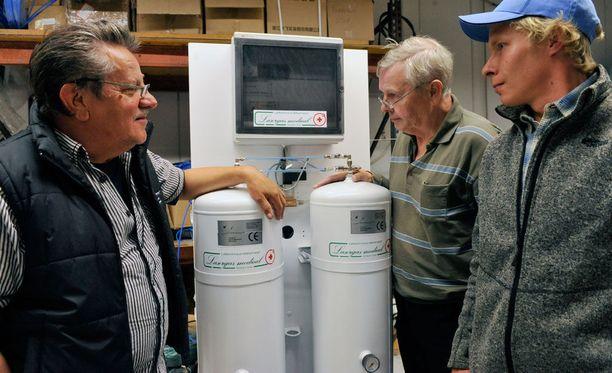 Rauno Hakalan (vas.) yrityksen Laser Gasin kehittämä lääkehappi- ja ilmageneraattori toimii Pellon terveyskeskuksessa.