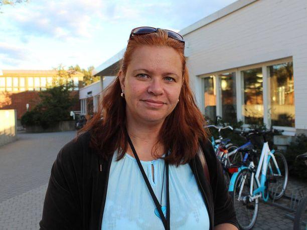 Marjo Mikkonen on huomannut halliin ilmestyneet valvonnasta kertovat kyltit.