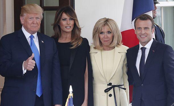 Valtiovierailun isäntäpari presidentti Donald Trump ja Melania Trump näyttäytyivät kameroiden edessä yhdessä Ranskan presidenttiparin kanssa Valkoisen talon edessä maanantaina 23.4.2018.