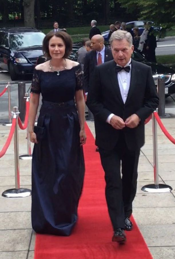 Rouva Jenni Haukio ja presidentti Sauli Niinistö punaisella matolla.