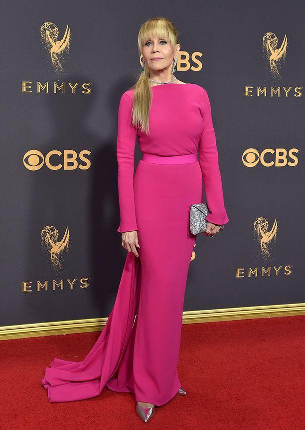 Jane Fonda säteili Emmy-gaalassa kirkkaanpinkissä iltapuvussa.
